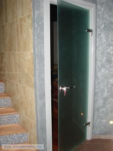 Стеклянная распашная дверь