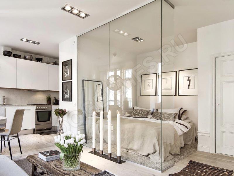 Ограждение из стекла между спальным местом и комнатой