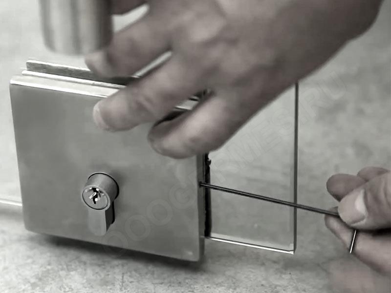 Установка нижнего замка стеклянной двери