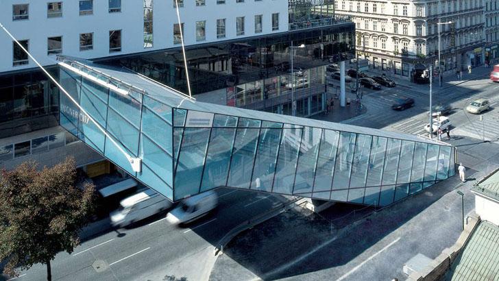 Стеклянный мост с эскалатором
