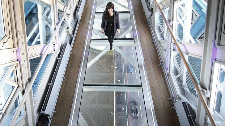 Девушка идет по стеклянному полу