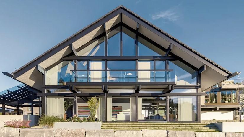 Малоэтажный дом с фасадом из стекла