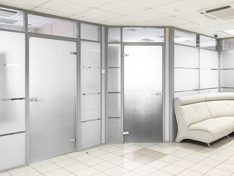 Алюминиевые перегородки с цельностеклянными распашными дверями