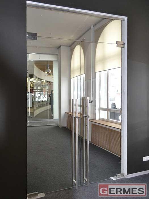 Маятниковая двустворчатая дверь с фрамугой