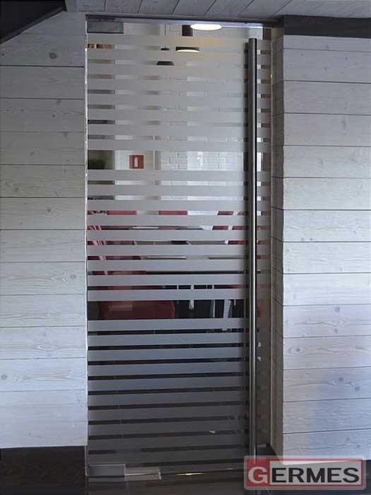 Маятниковая дверь с пескоструйными полосками