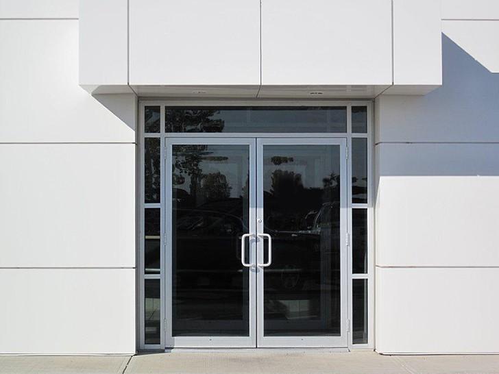 Входные двери с ручками поручнями