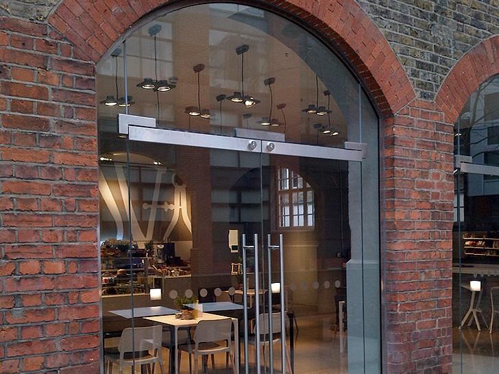 Арочные стеклянные двери с отбойным профилем