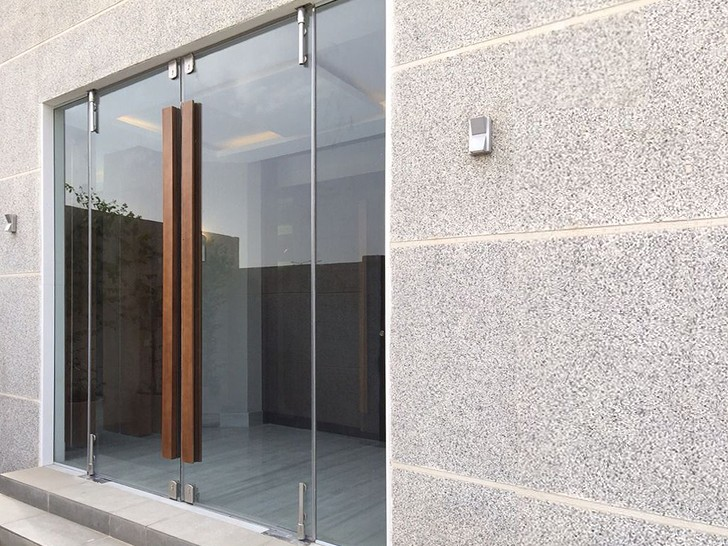 Маятниковая дверь на фурнитуре Manet