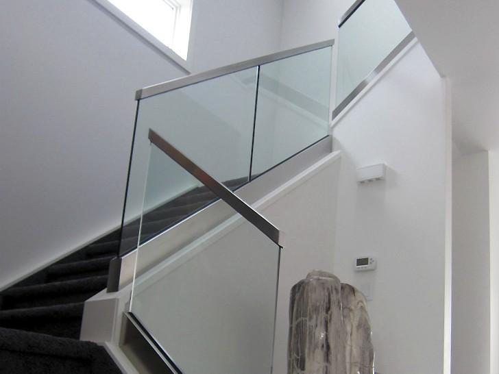 Цельные стеклянные листы с поручнями квадратного сечения