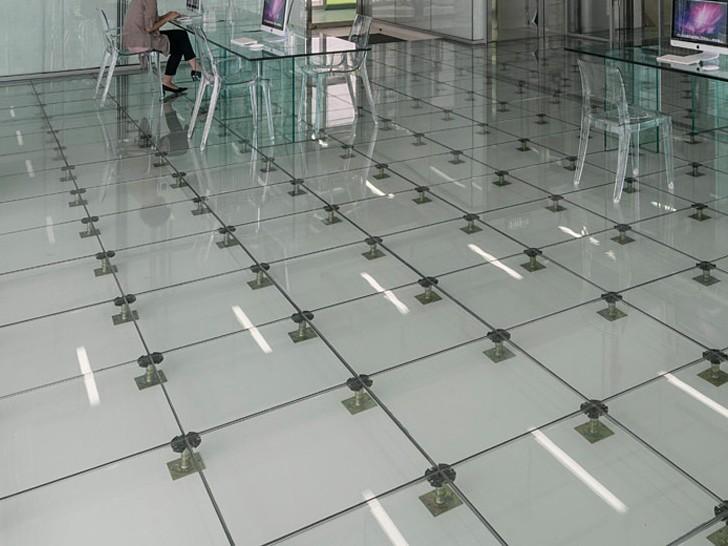 Фальшпол из прозрачного стекла на стойках