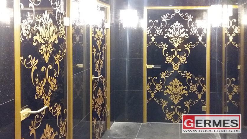 Двери из стекла в туалетные комнаты ресторана