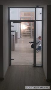 Стеклянная дверь с доводчиком