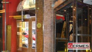 Маятниковая дверь и портал для кафе
