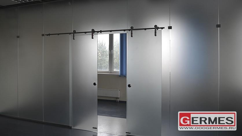 Раздвижные стеклянные двери в перегородке