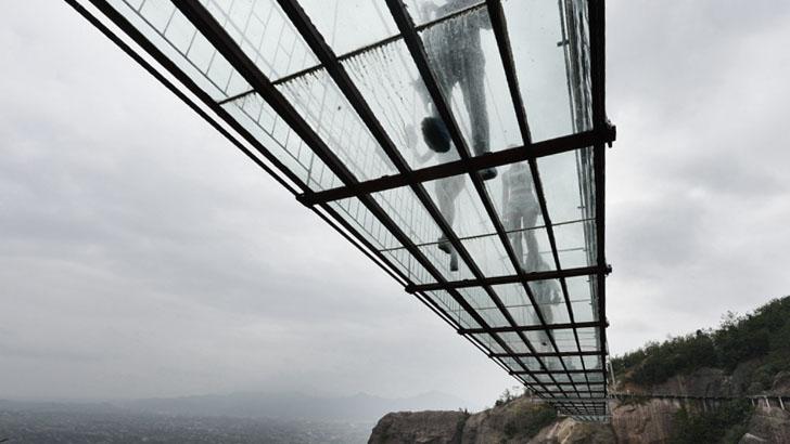Люди на стеклянном мосту