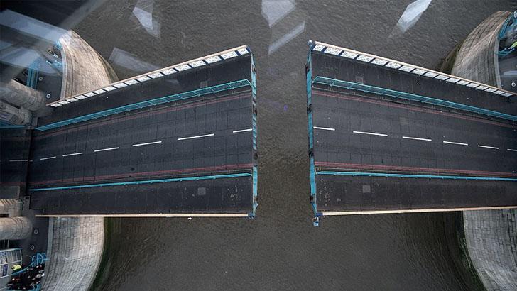 Вид на нижний мост через стеклянную дорожку