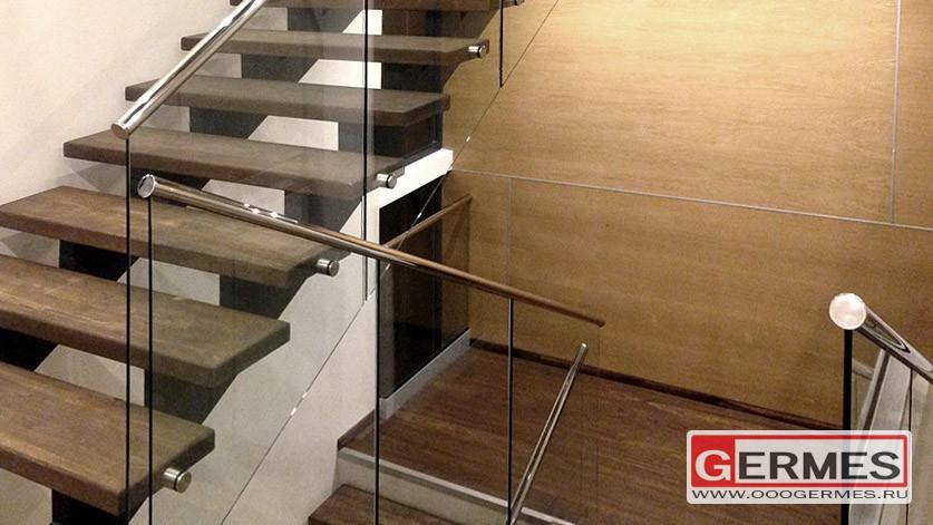 Перильное цельностеклянное ограждение лестницы