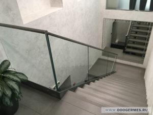 Стеклянное перильное ограждение лестницы