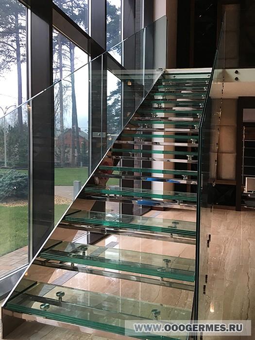 Маршевая стеклянная лестница