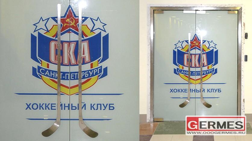Стеклянная двустворчатая маятниковая дверь для ХК «СКА»