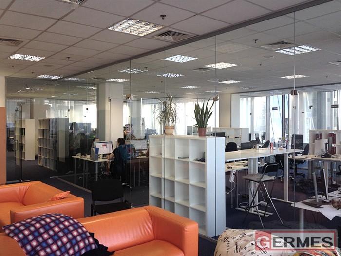 Зонирование офиса стеклянными перегородками