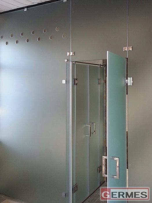 Перегородка с распашными дверями