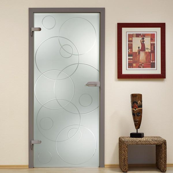 Стеклянная распашная дверь в деревянной коробке