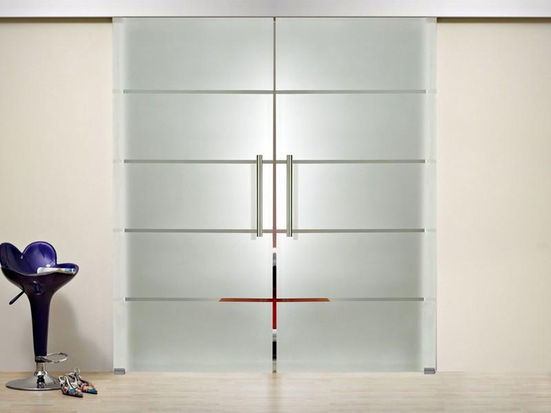 Стеклянная раздвижная дверь с закрытым механизмом