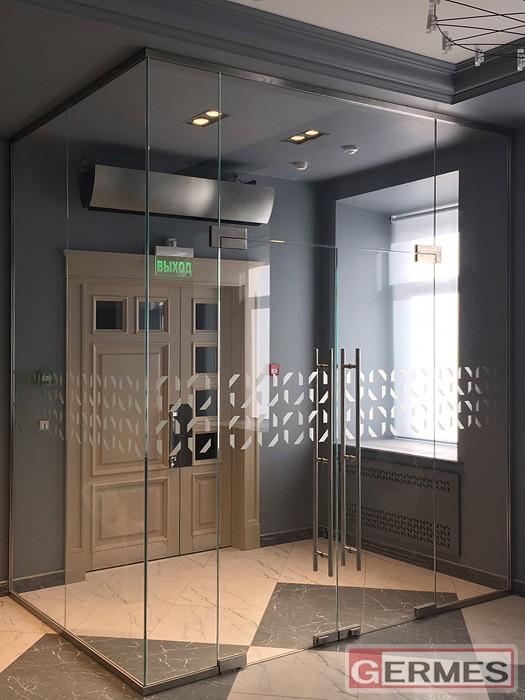 Входной стеклянный тамбур с двустворчатой дверью