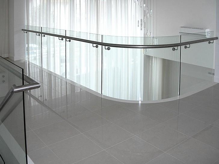 Ограждение стеклянное с боковыми поручнями