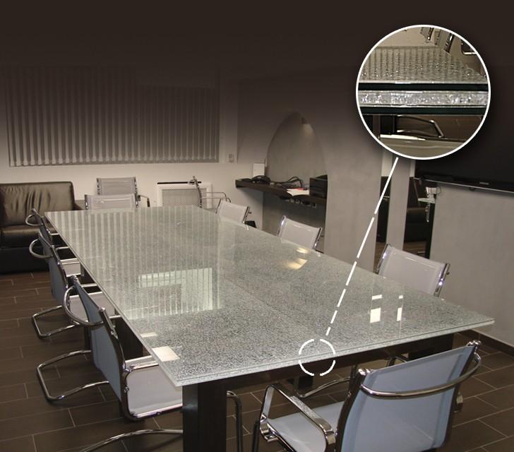 Стол из триплекса в переговорной комнате