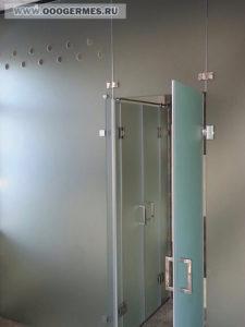 Распашная входная дверь душевого блока