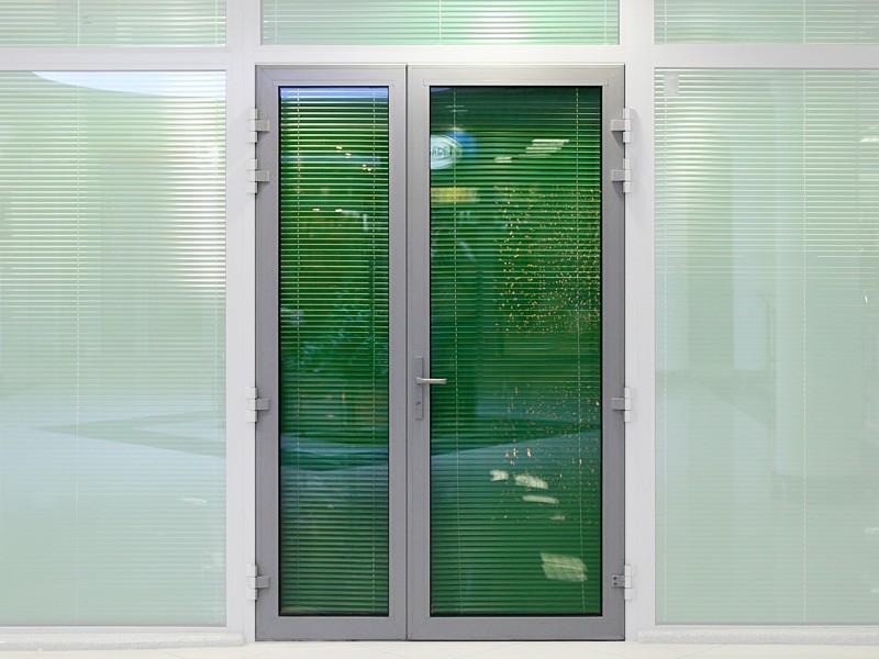 Дверь из стекла и алюминия с жалюзи