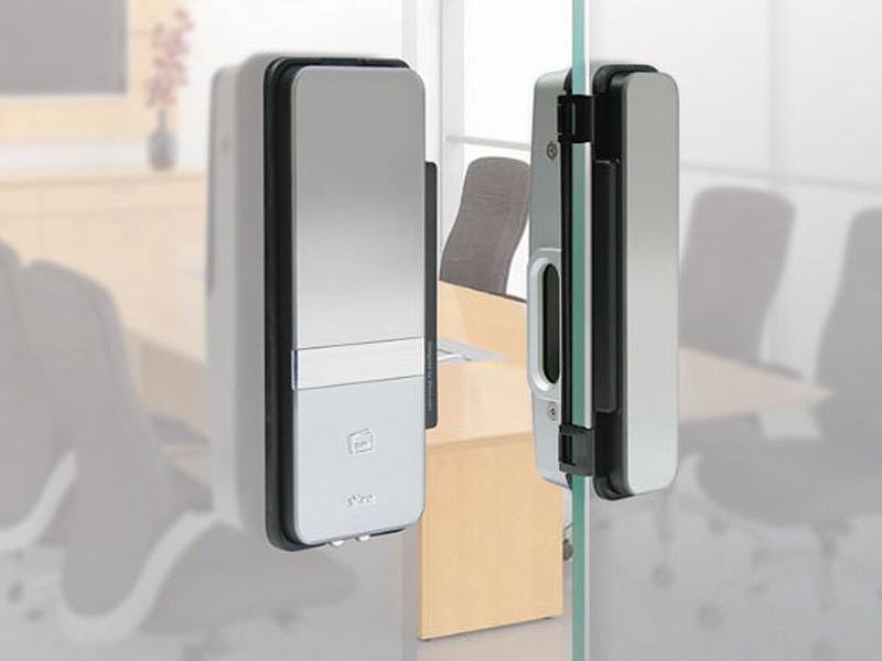 Дверь цельностеклянная с контролем доступа