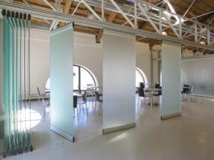 Каскадная стеклянная перегородка из четырех панелей