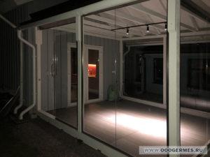Экраны и дверь в открытом положении