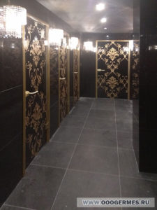 Двери в туалеты ресторана