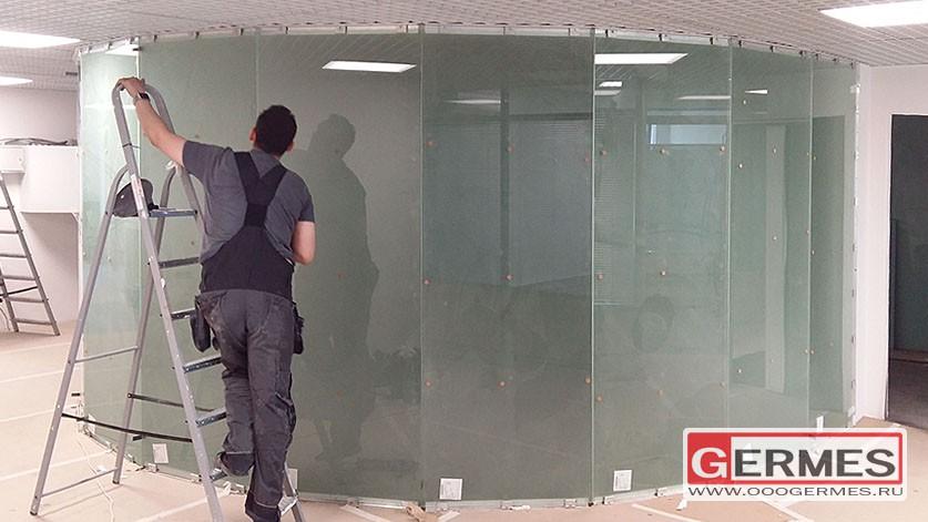 Многогранная перегородка из стекла