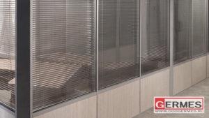 Комбинированные перегородки с жалюзи для офисного центра
