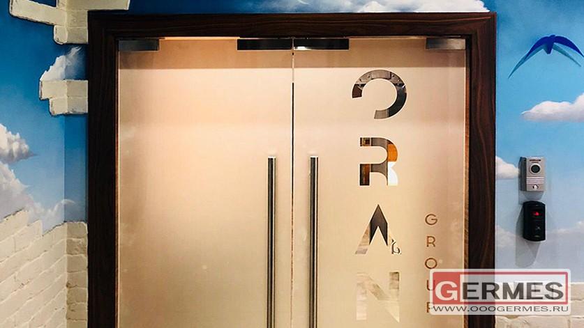 Маятниковые двери с пескоструйным логотипом