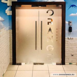 Дверь из стекла с логотипом заказчика