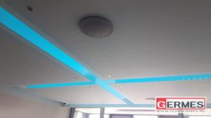 Стеклянные панели на потолке с подсветкой