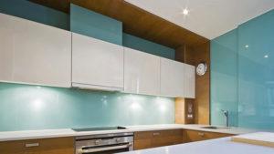 Как оформить кухню стеклом?