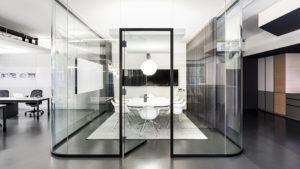 Дверь в составе стеклянной офисной перегородки