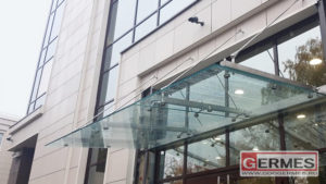 Козырек из стекла и нержавейки на заказ в СПб