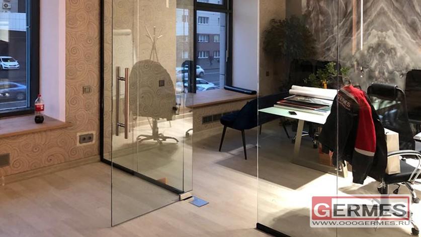 Офисная перегородка из прозрачного стекла
