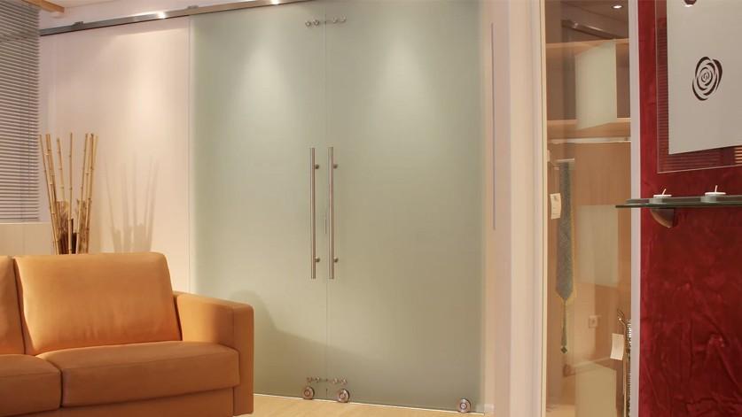 Стеклянная дверь с напольным раздвижным механизмом