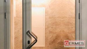 Пара интерьерных дверей из алюминия и стекла