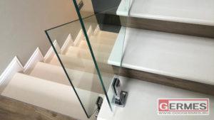 Лестничное ограждение из цельностеклянных панелей