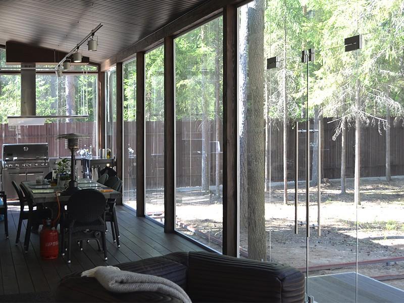 osteklenie-veranda-mayatnikovaya-dver-2